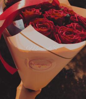 Букет 15 алых роз с лентами