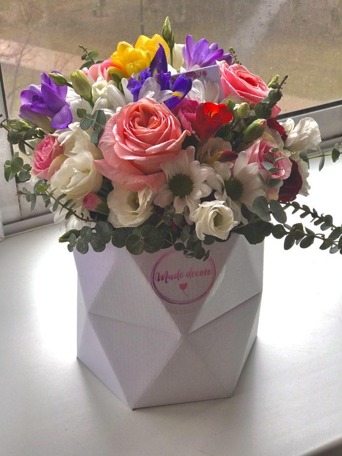 Цветочная композиция в шляпной коробке Maxi из свежих цветов