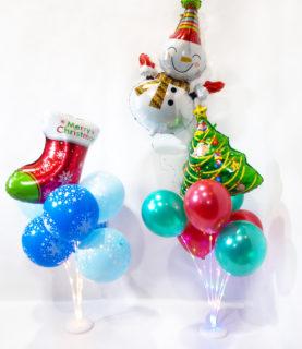 Новогодняя композиция из воздушных шаров на стойке