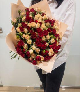 Букет из кустовой розы красного и бежевого цвета