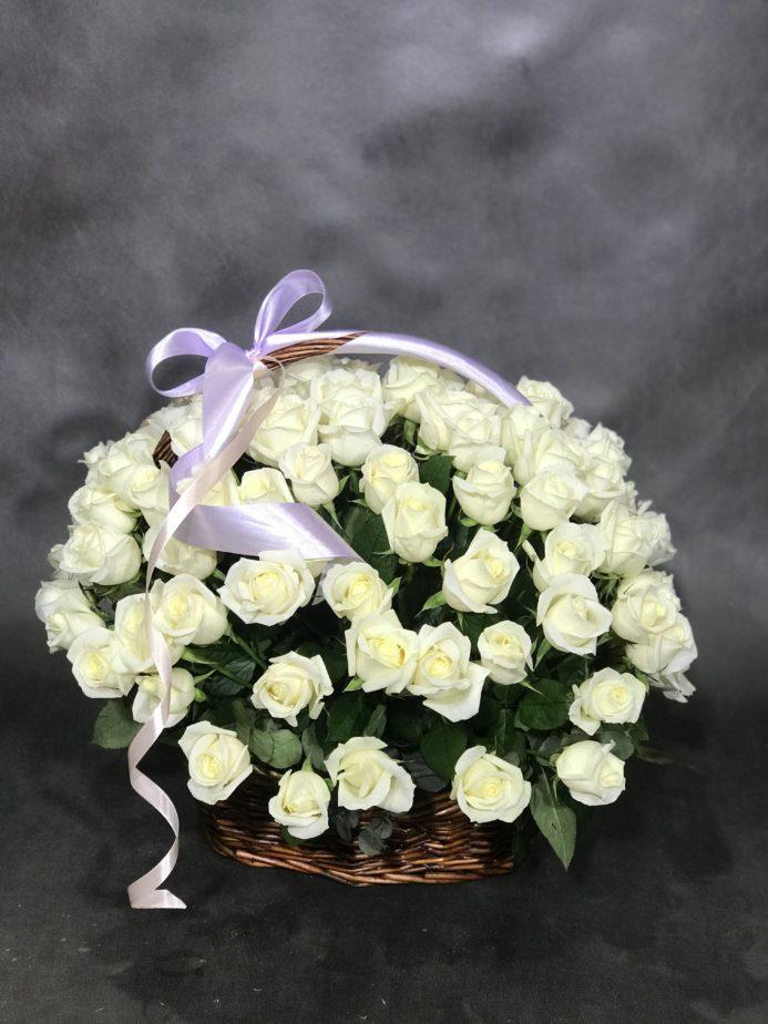 Букет в корзине с белыми розами