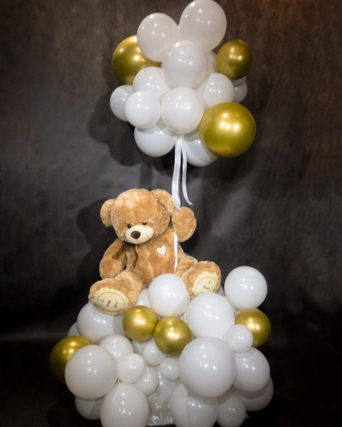 Фонтан из воздушных шаров с плюшевым мишкой