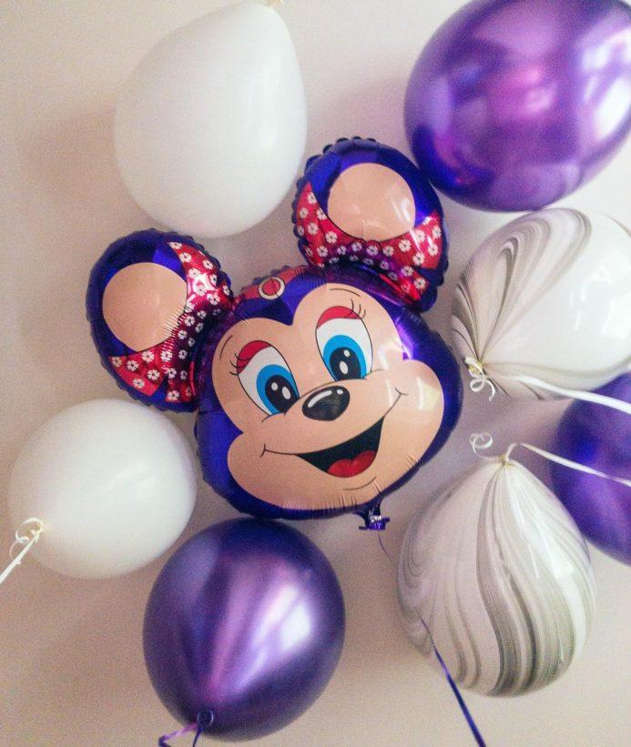 Малышка Бабси Маус и фонтан из воздушных шаров
