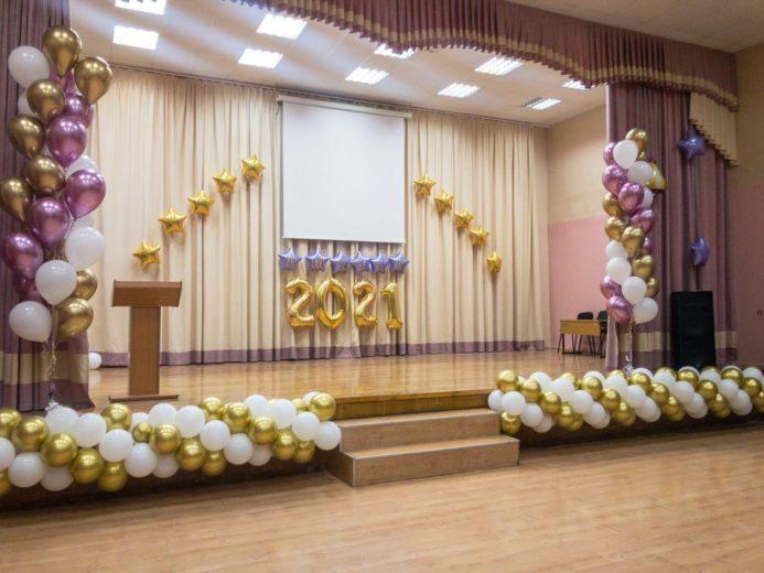 Оформление сцены воздушными шарами на школьный выпускной