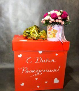 Коробка-сюрприз с воздушными шарами и цветами