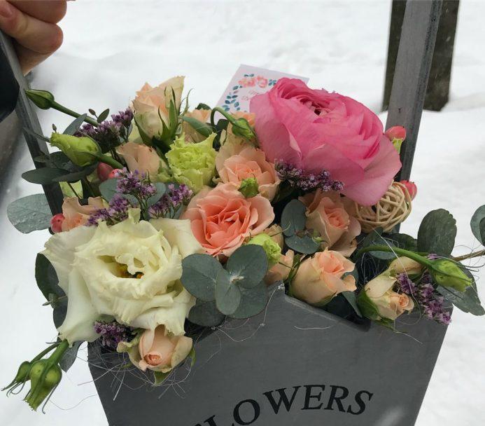 Букет цветов в декоративном ящике