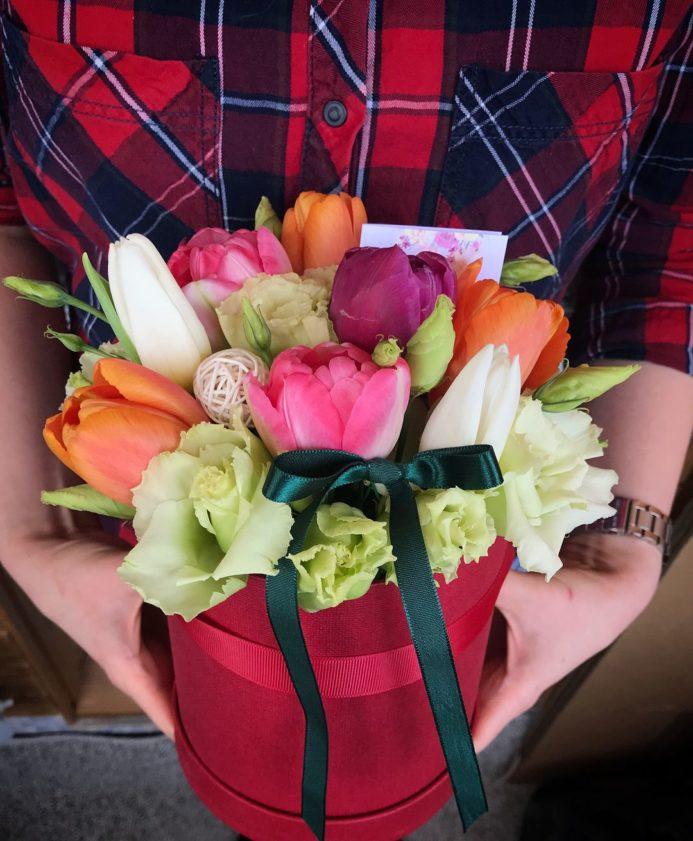 Мини шляпная коробка наполненная весенним настроением. Букет из тюльпанов разных цветов.