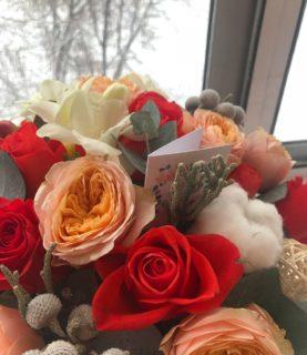 Эффектный букет из роз в шляпной коробке