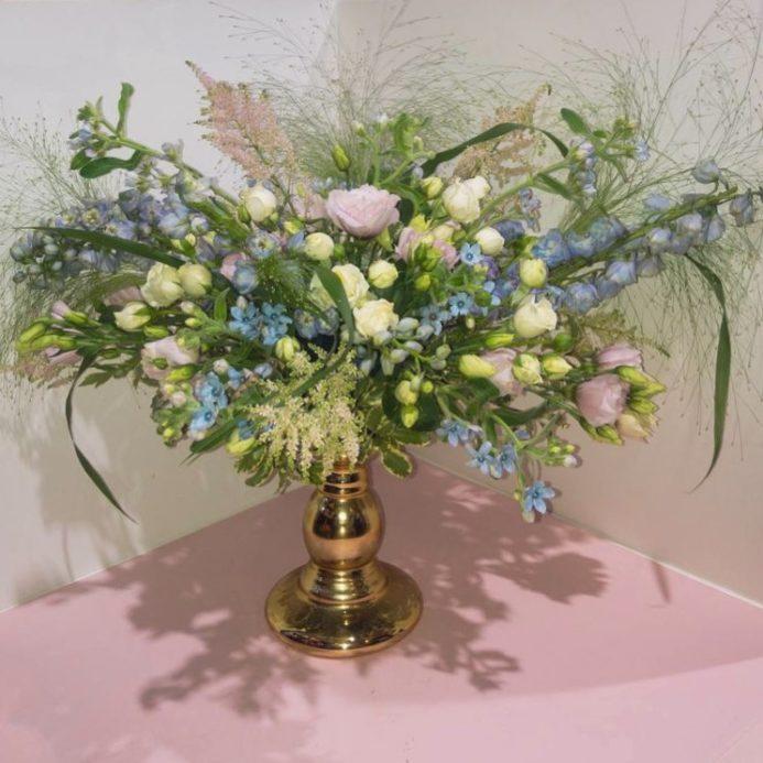 Композиция из цветов для декора стола