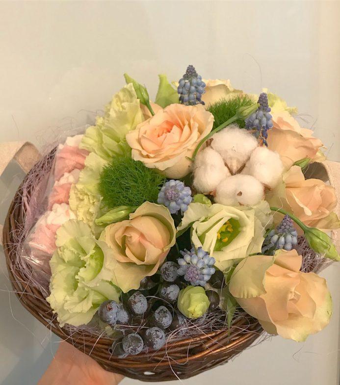 Корзинка с зефирками и цветами
