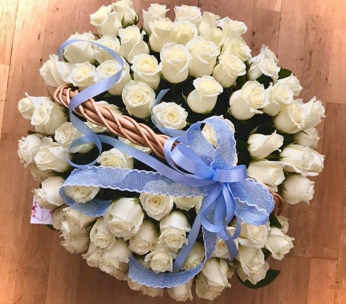 Корзина с голубыми лентами и розами White Nights