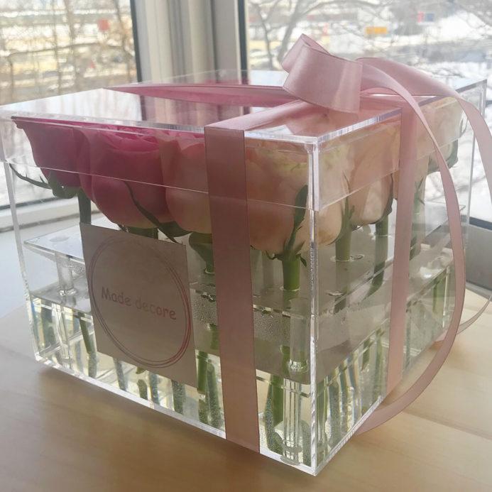 Розы в стеклянном боксе